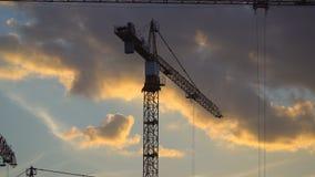 Γερανοί που λειτουργούν στην κατασκευή της κατοικήσιμης περιοχής στην πρώην βιομηχανική ζώνη απόθεμα βίντεο