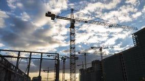 Γερανοί που λειτουργούν στην κατασκευή της κατοικήσιμης περιοχής στη ζώνηformerindustrialφιλμ μικρού μήκους