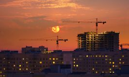γερανοί που εξισώνουν δύ&o Στοκ Εικόνες