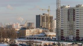 Γερανοί που λειτουργούν στο κατοικημένο κτήριο κατοικήσιμων περιοχών εργοτάξιων οικοδομής στην πόλη απόθεμα βίντεο