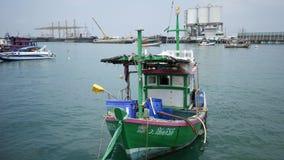 Γερανοί που ξεφορτώνουν το φορτίο από ένα σκάφος σε έναν βιομηχανικό λιμένα στην επαρχία Chonburi, Ταϊλάνδη απόθεμα βίντεο