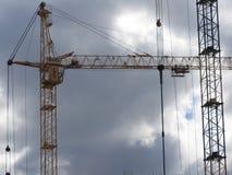 Γερανοί πύργων και τα μέρη τους, κατασκευή ενός καινούργιου σπιτιού στοκ εικόνα με δικαίωμα ελεύθερης χρήσης