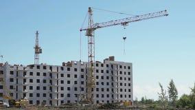 Γερανοί πύργων που λειτουργούν στο εργοτάξιο οικοδομής απόθεμα βίντεο