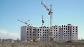 Γερανοί πύργων που λειτουργούν στο εργοτάξιο οικοδομής φιλμ μικρού μήκους