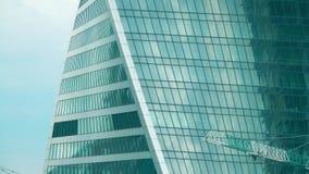 Γερανοί πύργων σε ένα σύγχρονο εργοτάξιο οικοδομής ουρανοξυστών γραφείων απόθεμα βίντεο