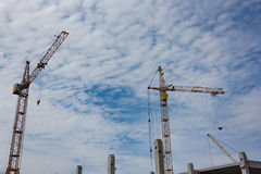 Γερανοί πύργων στην κατασκευή ενός σπιτιού διαμερισμάτων στοκ φωτογραφίες με δικαίωμα ελεύθερης χρήσης
