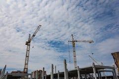 Γερανοί πύργων στην κατασκευή ενός σπιτιού διαμερισμάτων στοκ φωτογραφία με δικαίωμα ελεύθερης χρήσης