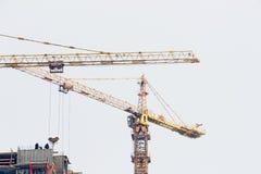 Γερανοί πύργων στην οικοδόμηση κτηρίου Στοκ φωτογραφία με δικαίωμα ελεύθερης χρήσης