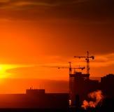 Γερανοί πύργων στο ηλιοβασίλεμα Στοκ εικόνα με δικαίωμα ελεύθερης χρήσης