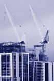 Γερανοί πύργων στο νέο εργοτάξιο οικοδομής οικοδόμησης Στοκ φωτογραφία με δικαίωμα ελεύθερης χρήσης