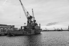 Γερανοί σκαφών και λιμένων στην περιοχή επισκευής Στοκ Φωτογραφία