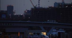Γερανοί στην κατώτερη κατασκευή στον ευρύ πυροβολισμό του Τόκιο τη νύχτα φιλμ μικρού μήκους