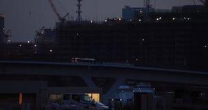 Γερανοί στην κατώτερη κατασκευή στον ευρύ πυροβολισμό του Τόκιο τη νύχτα απόθεμα βίντεο