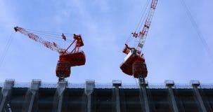 Γερανοί στην κατώτερη κατασκευή στον ευρύ πυροβολισμό του Τόκιο φιλμ μικρού μήκους