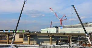 Γερανοί στην κατώτερη κατασκευή στο Τόκιο απόθεμα βίντεο