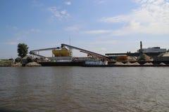 Γερανοί στις επιχειρήσεις στην όχθη ποταμού του ποταμού Noord μεταξύ του κρησφύγετου Krimpen aan ijssel και Dordrecht στοκ εικόνες