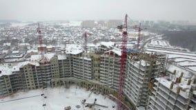 Γερανοί στο εργοτάξιο οικοδομής το χειμώνα απόθεμα βίντεο