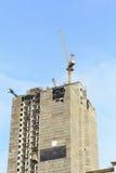 Γερανοί στο εργοτάξιο οικοδομής με το μπλε ουρανό Στοκ εικόνες με δικαίωμα ελεύθερης χρήσης