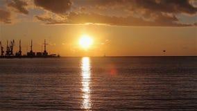 Γερανοί στο θαλάσσιο λιμένα στο ηλιοβασίλεμα, ένα λιμάνι κοντά στο θαλάσσιο λιμένα, όμορφο seascape, ένας μεγάλος θαλάσσιος λιμέν φιλμ μικρού μήκους