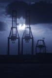 Γερανοί στο λιμάνι τη νύχτα Στοκ Εικόνες