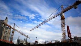 Γερανοί στο κτήριο στο εργοτάξιο οικοδομής HD απόθεμα βίντεο