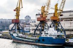 Γερανοί argo Ñ  στο λιμένα το χειμώνα και τη βάρκα Στοκ φωτογραφίες με δικαίωμα ελεύθερης χρήσης