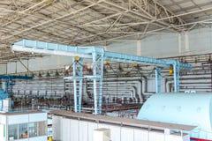 Γερανός ατσάλινων σκελετών στο πυρηνικό σταθμό μηχανοστασίου Στοκ εικόνα με δικαίωμα ελεύθερης χρήσης