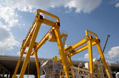 Γερανός γεφυρών ατσάλινων σκελετών για το φορτίο και την κατασκευή Στοκ Εικόνες