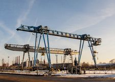 Γερανός γεφυρών δύο ενάντια σε έναν μπλε ουρανό Στοκ Φωτογραφία