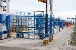 Γερανός γεφυρών στην αποθήκη εμπορευμάτων λιμένων Στοκ Εικόνα