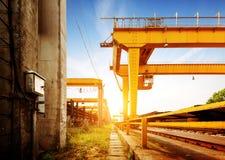 Γερανός γεφυρών στις αποβάθρες Στοκ εικόνα με δικαίωμα ελεύθερης χρήσης