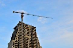 Γερανός και εργοτάξιο οικοδομής οικοδόμησης ενάντια στο μπλε ουρανό με τον κενό άσπρο πίνακα διαφημίσεων για τη διαφήμιση στην κο στοκ εικόνα με δικαίωμα ελεύθερης χρήσης