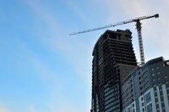 Γερανός και εργοτάξιο οικοδομής οικοδόμησης ενάντια στο μπλε ουρανό στοκ φωτογραφία