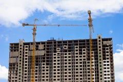 Γερανός και εργοτάξιο οικοδομής οικοδόμησης ενάντια στο μπλε ουρανό Στοκ φωτογραφία με δικαίωμα ελεύθερης χρήσης