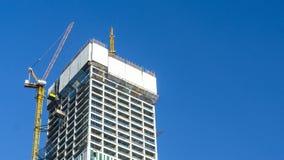 Γερανός και εργοτάξιο οικοδομής οικοδόμησης ενάντια στο μπλε ουρανό στοκ φωτογραφίες με δικαίωμα ελεύθερης χρήσης