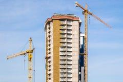 Γερανός και πολυκατοικία κάτω από τις οικοδομές Στοκ Εικόνα