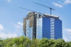 Γερανός και σύγχρονο εργοτάξιο οικοδομής οικοδόμησης Στοκ φωτογραφία με δικαίωμα ελεύθερης χρήσης