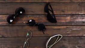 Γερανός καμερών, τοπ γραφείο άποψης, ξύλινος πίνακας με πολλά γυαλιά ηλίου φιλμ μικρού μήκους