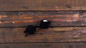 Γερανός καμερών, τοπ γραφείο άποψης, ξύλινος πίνακας με τα γυαλιά ηλίου hipster φιλμ μικρού μήκους