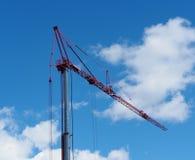 Γερανός κατασκευής ενάντια σε έναν μπλε ουρανό Στοκ φωτογραφία με δικαίωμα ελεύθερης χρήσης