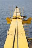 Γερανός κατασκευής ενάντια στο μπλε ουρανό, γερανός για το βαρύ ανελκυστήρα υποστήριξης στο παράκτιο πετρέλαιο και βιομηχανία φυσ Στοκ Εικόνα