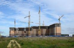 Γερανός κατασκευής επάνω από το σπίτι οικοδόμησης Στοκ εικόνες με δικαίωμα ελεύθερης χρήσης