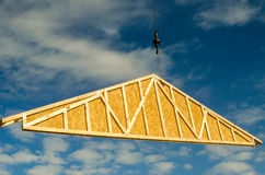 Γερανός κατασκευής επί ενός τόπου εργασίας Στοκ εικόνα με δικαίωμα ελεύθερης χρήσης