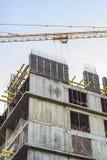 Γερανός κατασκευής και το σπίτι κατά τη διάρκεια της κατασκευής Στοκ εικόνες με δικαίωμα ελεύθερης χρήσης