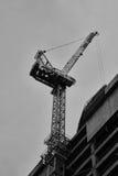 Γερανός κατασκευής κατά τη στενή επάνω άποψη του Τελ Αβίβ Στοκ Εικόνες