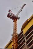 Γερανός κατασκευής κατά τη στενή επάνω άποψη του Τελ Αβίβ Στοκ φωτογραφίες με δικαίωμα ελεύθερης χρήσης