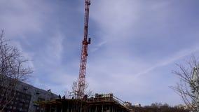 Γερανός κατασκευής που κινείται δεξιά προς τα αριστερά απόθεμα βίντεο