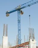 Γερανός κατασκευής - που χτίζει ένα σπίτι στοκ φωτογραφία