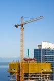 Γερανός κατασκευής πολυόροφων κτιρίων Στοκ εικόνα με δικαίωμα ελεύθερης χρήσης