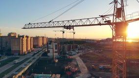 Γερανός κατασκευής σε ένα εργοτάξιο οικοδομής 4K απόθεμα βίντεο